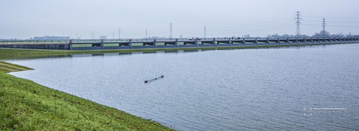 Nog een half metertje en het water komt tegen de schotten van de tolbrug keersluizen, fietspad is al afgesloten en staat hier en daar al gedeeltelijk onder water.