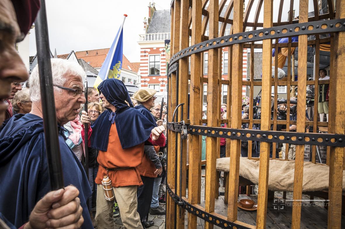 dikke tinne met toneelvoorstelling Jan van wassenaar. Jan Wassenaar wordt gevangengenomen, door de stad gevoerd, berecht en in de kooi van Wassenaar gestopt waar hij 2 jaar in zal verblijven. Burgemeester en wethouders van Hattem spelen ook mee en hebben de rol van Schout en Schepenen. Rol van Jan Wassenaar wordt gespeeld door Jan Bredewoudt